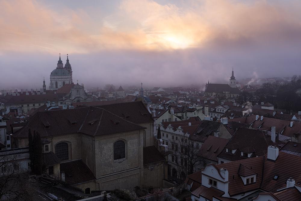 Hradba mlhy nad Vltavou