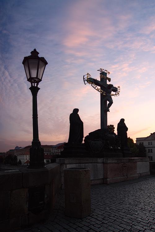 Kalvárie s lampou na Karlově mostě