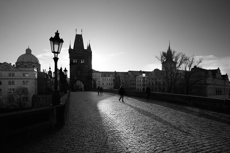 Dlouhý stín na Karlově mostě