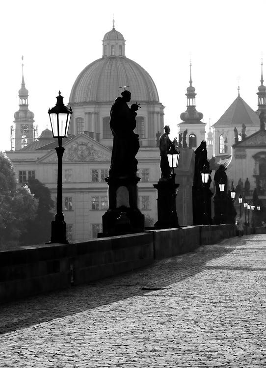 Linie lamp na Karlově mostu