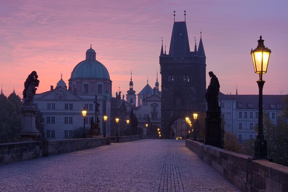 Růžové ráno na Karlově mostě