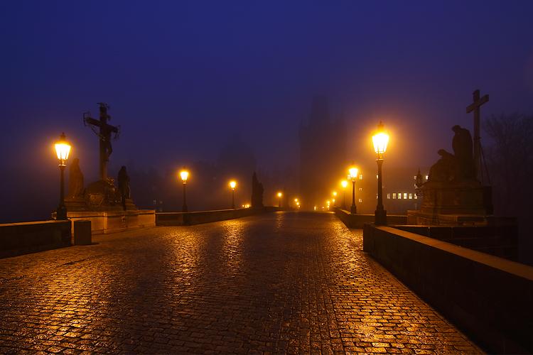 Karlův most - světla v mlze