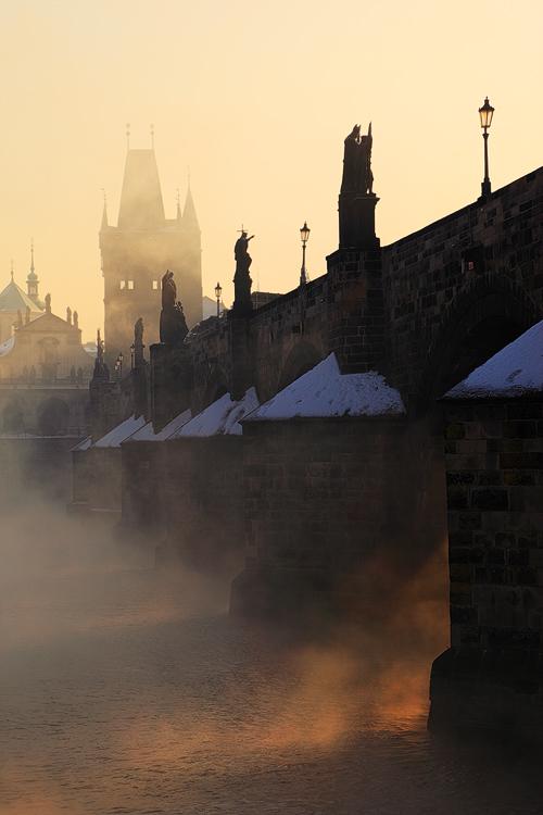 Zimní mlha na Vltavě