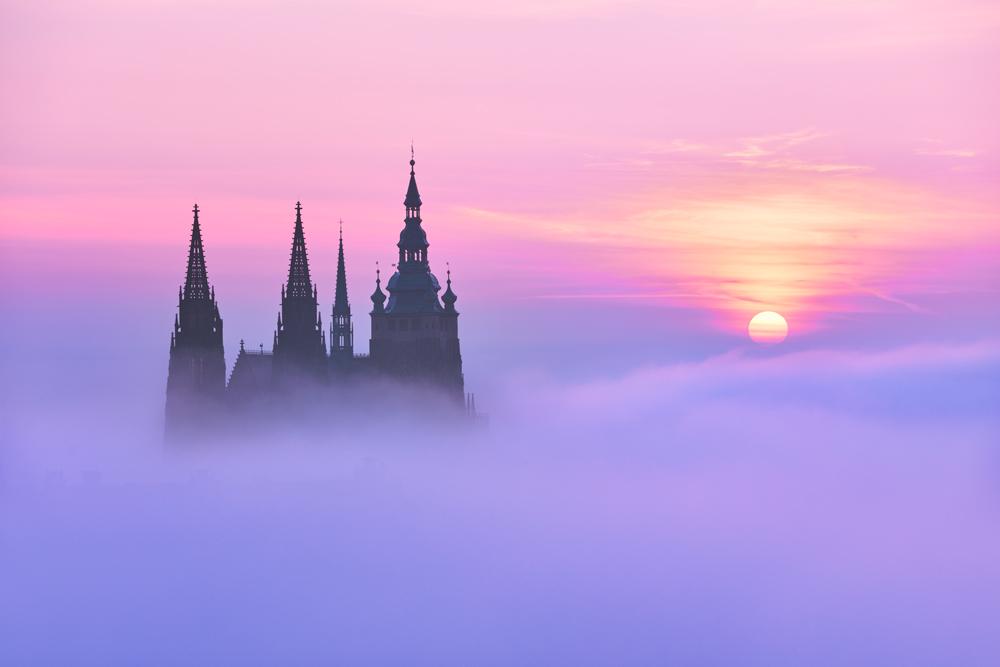Katedrála nad mlhou