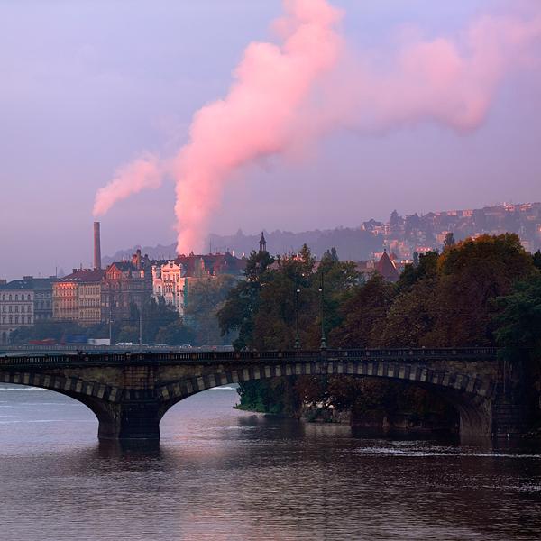 Kouř nad Vltavou