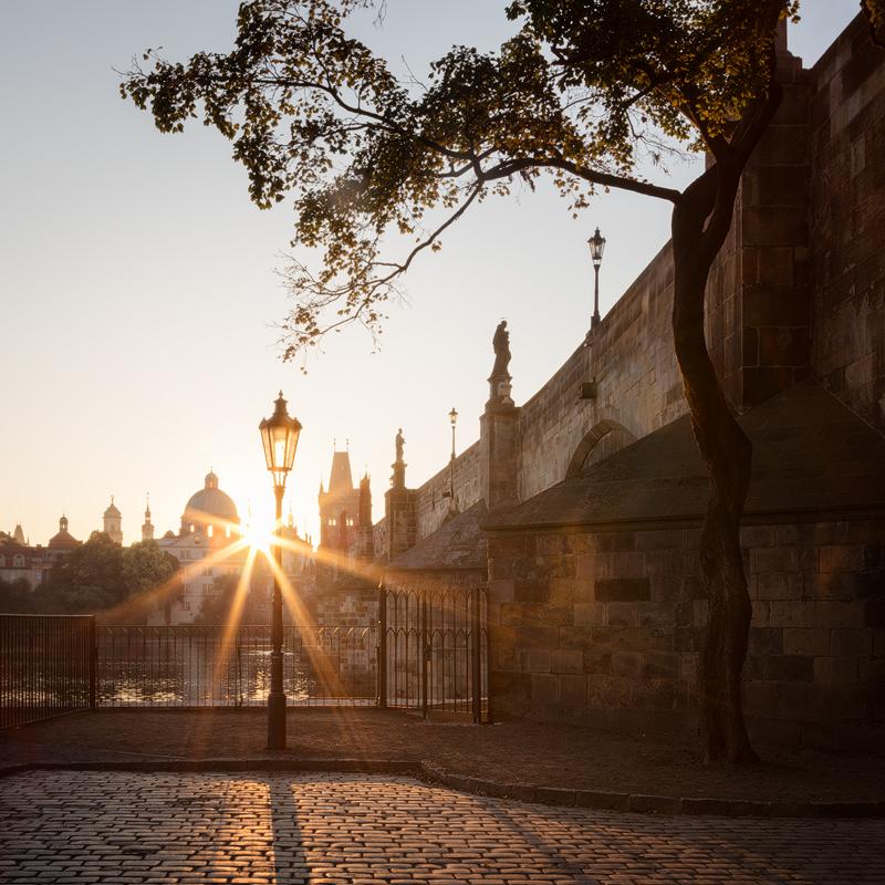 Lampa při východu slunce