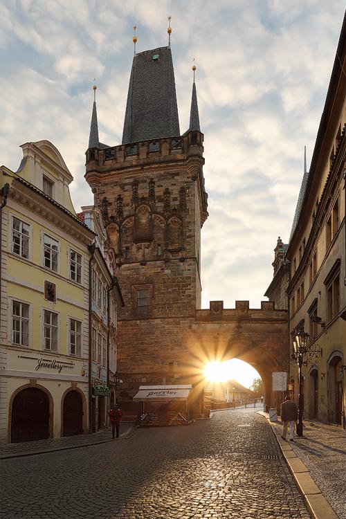 Paprsky pod věží