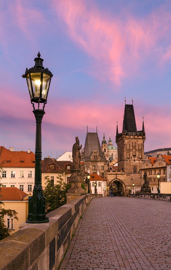 Růžová Malostranská mostecká věž