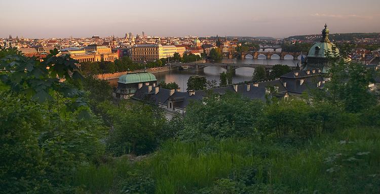Mosty a ozářená Praha