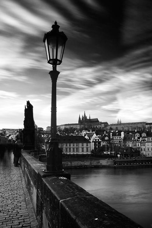 Oblaka nad Karlovým mostem
