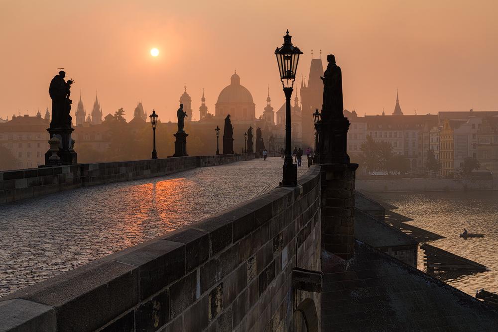Oranžový východ nad Mostem
