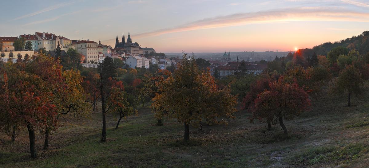Podzimní panorama pražského hradu