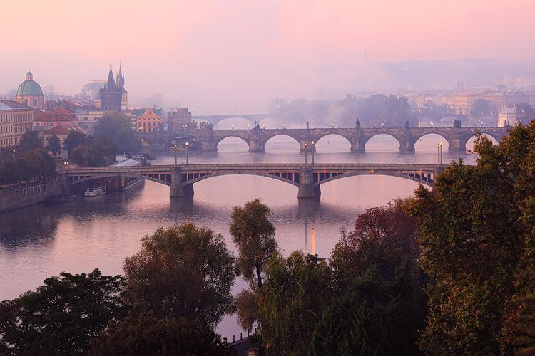 Ranní mlha nad pražskými mosty
