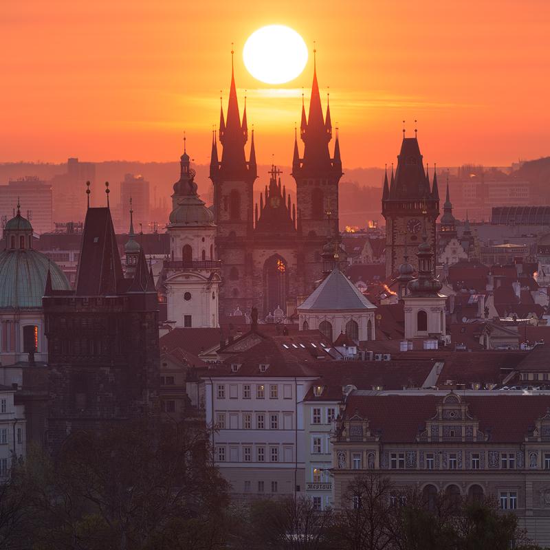 Slunce mezi věžemi