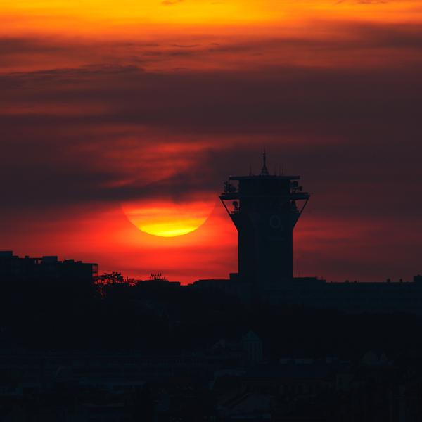 Slunce nad věží O2