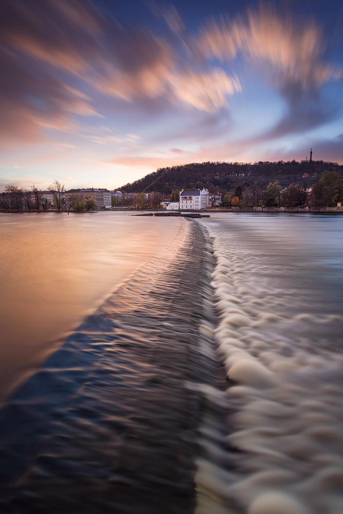 Sovovy mlýny přes Vltavu