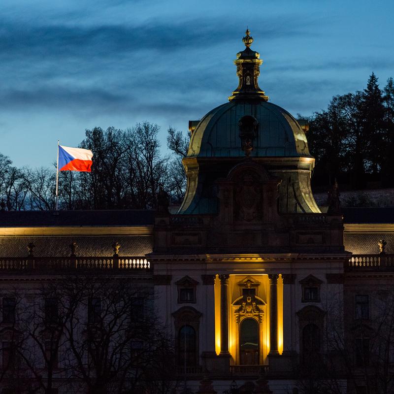Strakova akademie s českou vlajkou