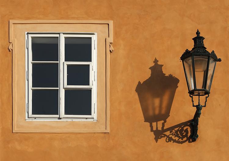 Lampa a okno na Úvozu