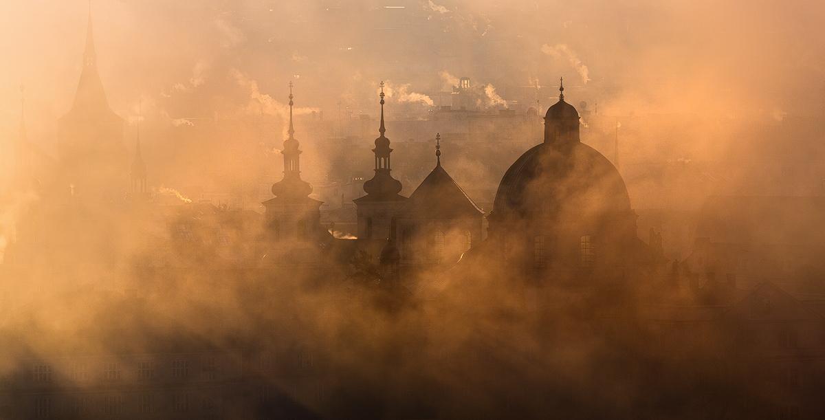 Věže Starého města v mlze