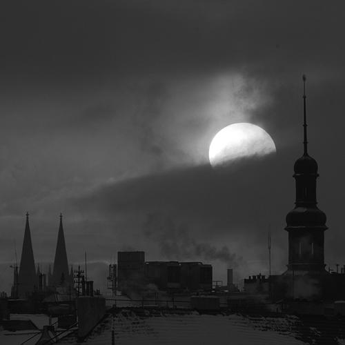 Východ slunce za věží