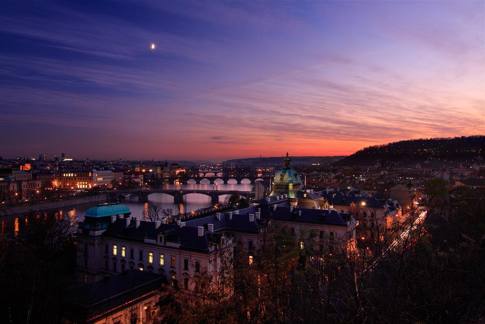 Vltavské mosty při měsíci