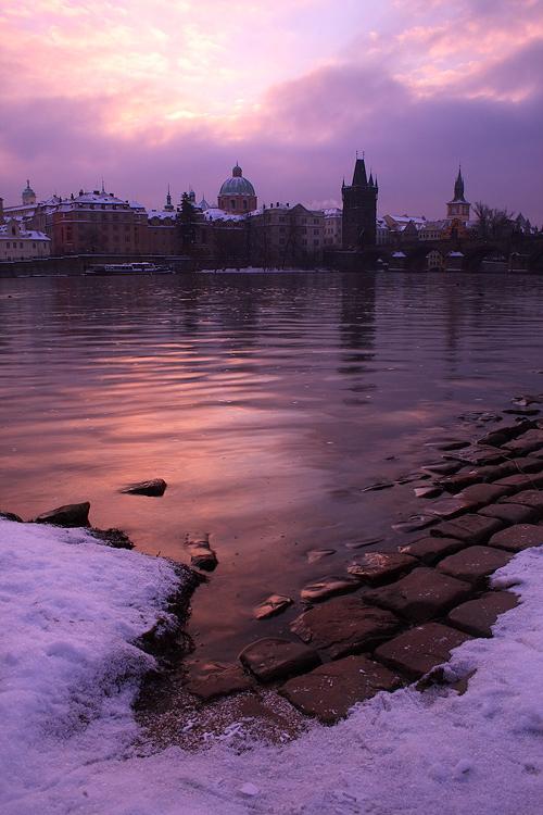 Zimní svítání na Vltavě